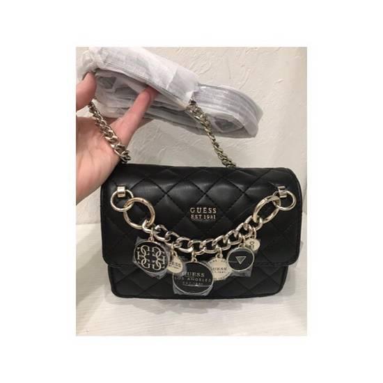 f77f0cb28ae1 Купить маленькую сумочку Guess - 32 вариантов. Маленькие сумочки ...
